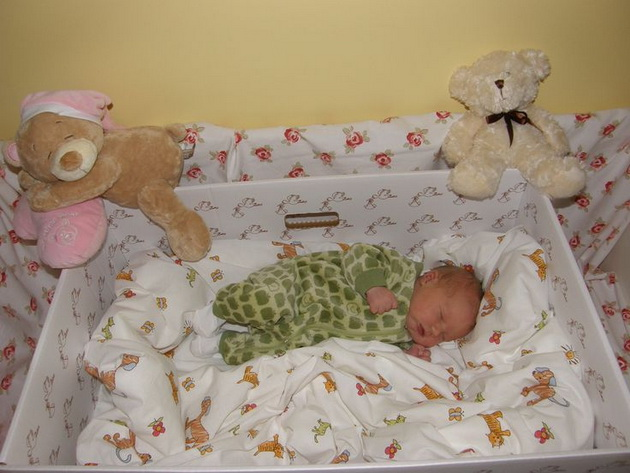 zosto-novorodenite-bebinja-vo-finska-spijat-vo-kartonski-kutii-01.jpg
