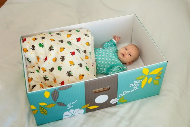 zosto-novorodenite-bebinja-vo-finska-spijat-vo-kartonski-kutii-04.jpg