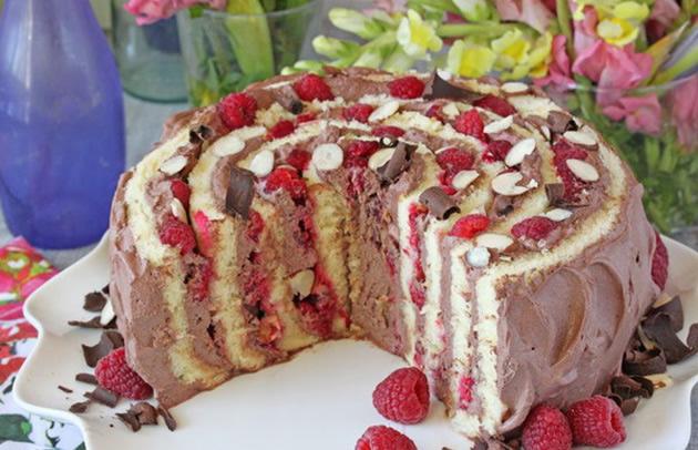 brza-spiralna-torta-so-malini-i-cokolado-04.jpg