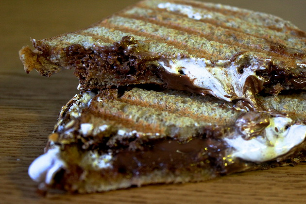 desert-za-5-minuti-tost-so-topeno-cokolado-3.jpg