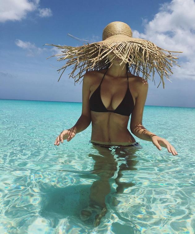 shto-nosat-poznatite-dami-na-plazha-osven-bikini-foto-03.jpg