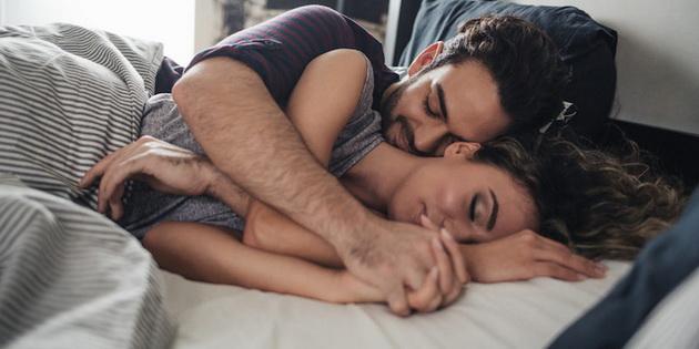 30-mali-slatki-naviki-na-parovite-dodeka-lezhat-vo-krevet-001.jpg