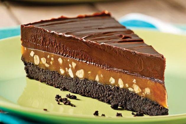 dva-reda-cokolado-red-karamela-troslojna-torta-koja-se-topi-vo-usta-001.jpg