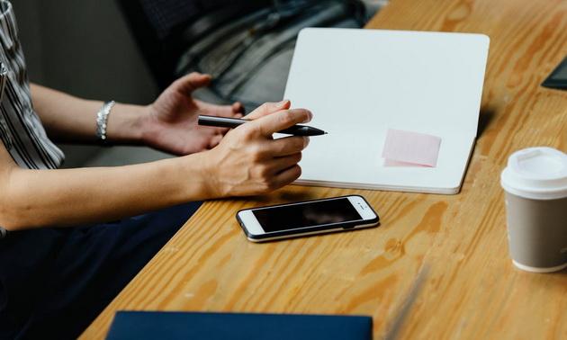 brush-eyed-painting-8-habits-koi-you-i-reduce-productivity-whom-you-on-the-phone-06.jpeg