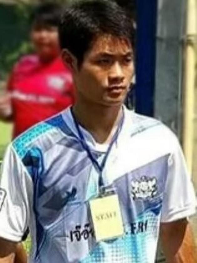koj-e-trenerot-na-12-te-fudbaleri-i-kako-gi-odrzhuval-vo-zhivot-dodeka-bea-zaglaveni-vo-peshterata-vo-tajland-02.jpg