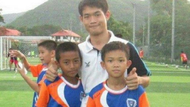 koj-e-trenerot-na-12-te-fudbaleri-i-kako-gi-odrzhuval-vo-zhivot-dodeka-bea-zaglaveni-vo-peshterata-vo-tajland-04.jpg