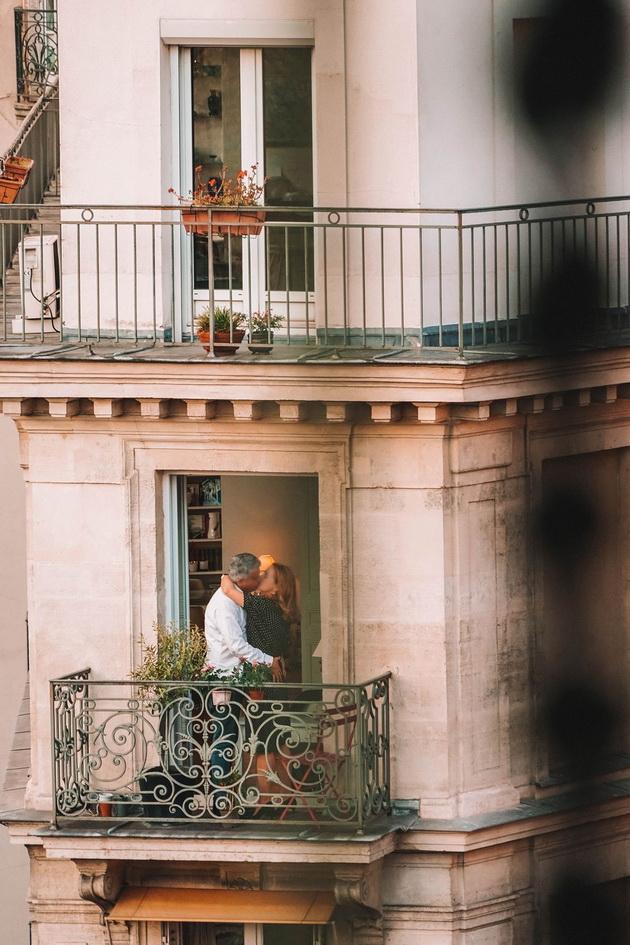 ukraden-moment-od-balkon-vo-pariz-koj-stana-fotka-za-pametenje-4.jpg