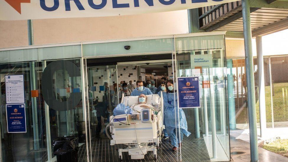 od-intenzivna-nega-do-plazha-pacientite-so-kovid-19-vo-barselona-gi-nosat-pokraj-more-02.jpg