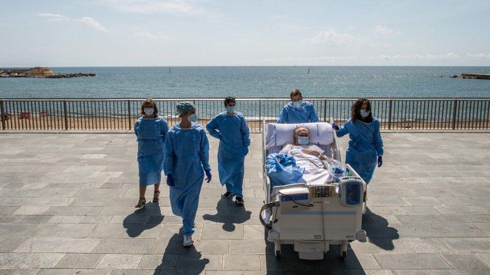 od-intenzivna-nega-do-plazha-pacientite-so-kovid-19-vo-barselona-gi-nosat-pokraj-more-06.jpg